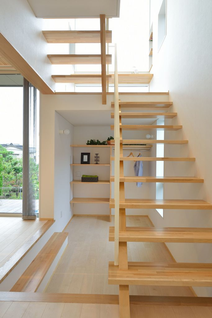 S-M house:ストリップ階段の下を利用したプレイルーム。ファミリークローゼットとしても使えます。