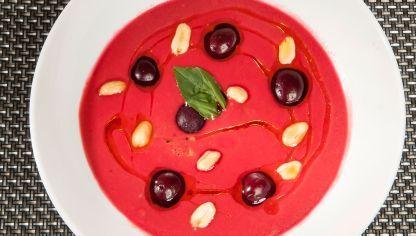 Bruno Oteiza propone una receta tradicional de salmorejo con tomate y miga de pan al que le añade cerezas y remolacha. Para decorar, cerezas, cacahuetes y albahaca.