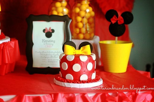 Smash cakes at a Minnie Mouse Party #minniemouse #partycakes