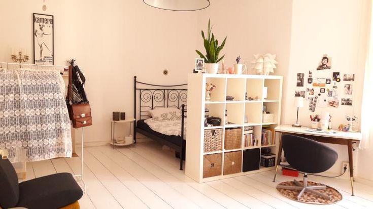 Schöne WG Zimmer Einrichtungsidee: Heller Holzboden, Bett Mit Regal Als  Sichtschutz, Schreibtisch Mit Fotowand, Kleiderstange   Fertig!