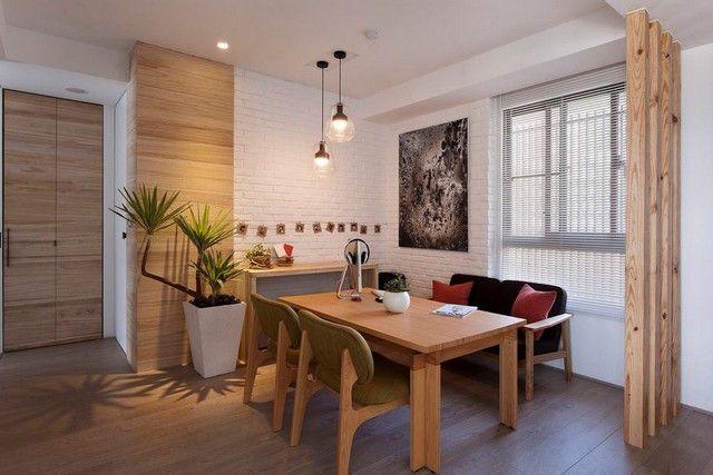 Деревянная стена в интерьере создает ощущение уюта и естественности