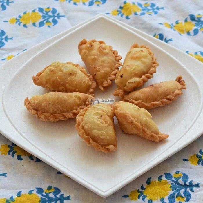 MINI DRY SWEET GUJIYA | SOOJI KI KARANJI | GUJARATI SWEET GHUGRA  Watch video recipe:  https://youtu.be/IIPX1h94Ruw  Read written recipe: http://www.magicofindianrasoi.com/2017/03/mini-dry-sweet-gujiya-sooji-ki-karanji-gujarati-sweet-ghugra.html  #Gujia #Ghugra #Holi #Sweets #Mithai #Gujarati #recipe #indianfood #IndianFoodBlogger #Indianfoodchannel #MagicofIndianRasoi #MOIR