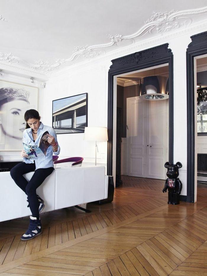 joli salon de style retro chic et moulures decoratives et corniche plafond blanc