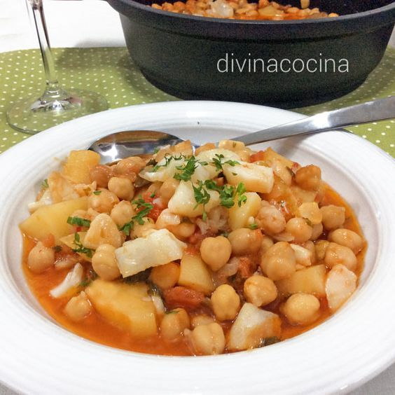 Este guiso de garbanzos con bacalao es un plato tradicional de la cocina andaluza que se suele servir en Cuaresma junto con otros platos de bacalao.