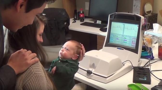 Reaksi Bayi Saat Bisa Dengar Pertama Kali Bikin Mata Berkaca-kaca - http://wp.me/p70qx9-7mG