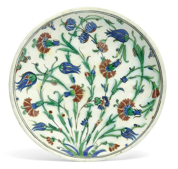 A RIMLESS IZNIK POTTERY DISH CENTRE OTTOMAN TURKEY, EARLY 17TH CENTURY