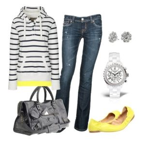 С чем носить желтые балетки: синие джинсы и полосатая толстовка