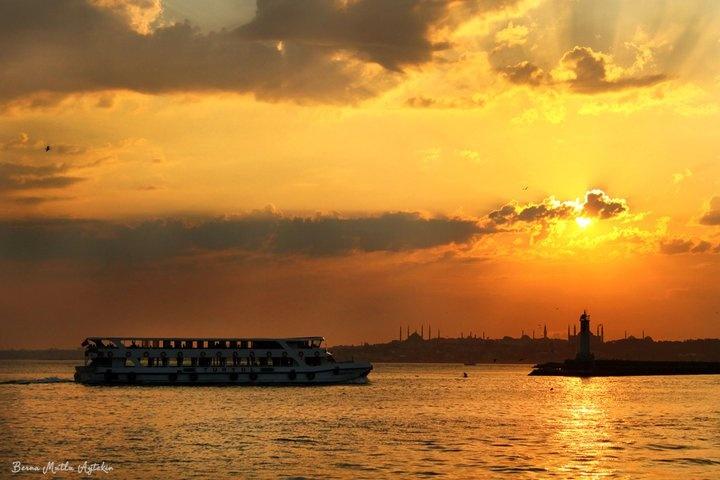 Kadıköy'e yaklaşırken gün batımı. İstanbul.