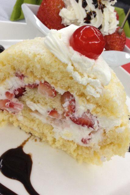 Bu gün bizim 21. evlilik yıl dönümümüz.Eşim çileği çok sever. Bu yüzden çilekli bir pasta yapmaya karar verdim.Araştırırken Cake In Life ...
