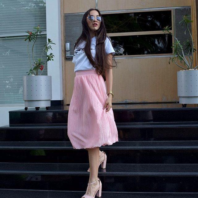 """LOOK ZAMERA ● Disponible para compra inmediata. . Blusa """"Mirada al alma"""" $ 45.000 Falda plisada Rose $ 70.000 Calzado @fannylindarteshoes  ADQUIERELA AL 3004039275 O ENVIANOS UN MENSAJE.  TIP DE MODA : Las faldas plisadas son ideales para un look de diario. Sirven para estilismos working girl o para una tarde ocio."""