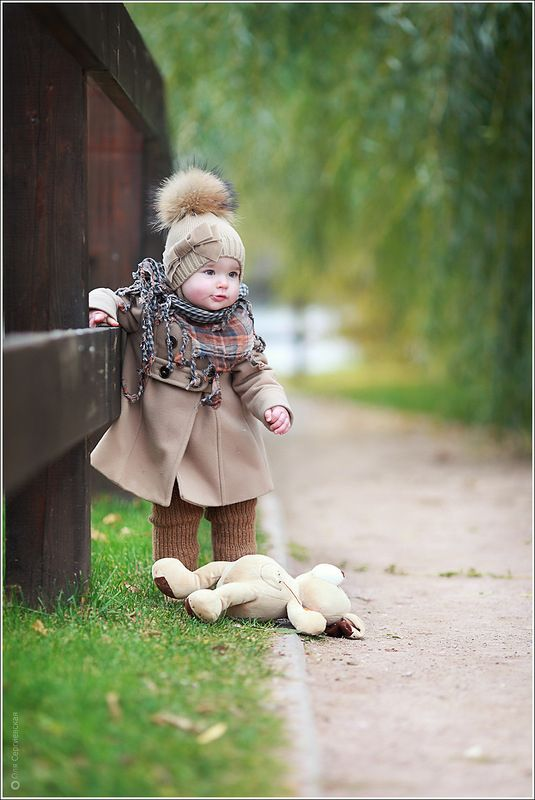 PLEASE DON'T LEAVE ME HERE... MY BEAR IS EXHAUSTED !Little Girls, Fall Baby, Pompom, Teddy Bears, Children, Baby Girls, Kids, Pom Pom, Baby Fashion