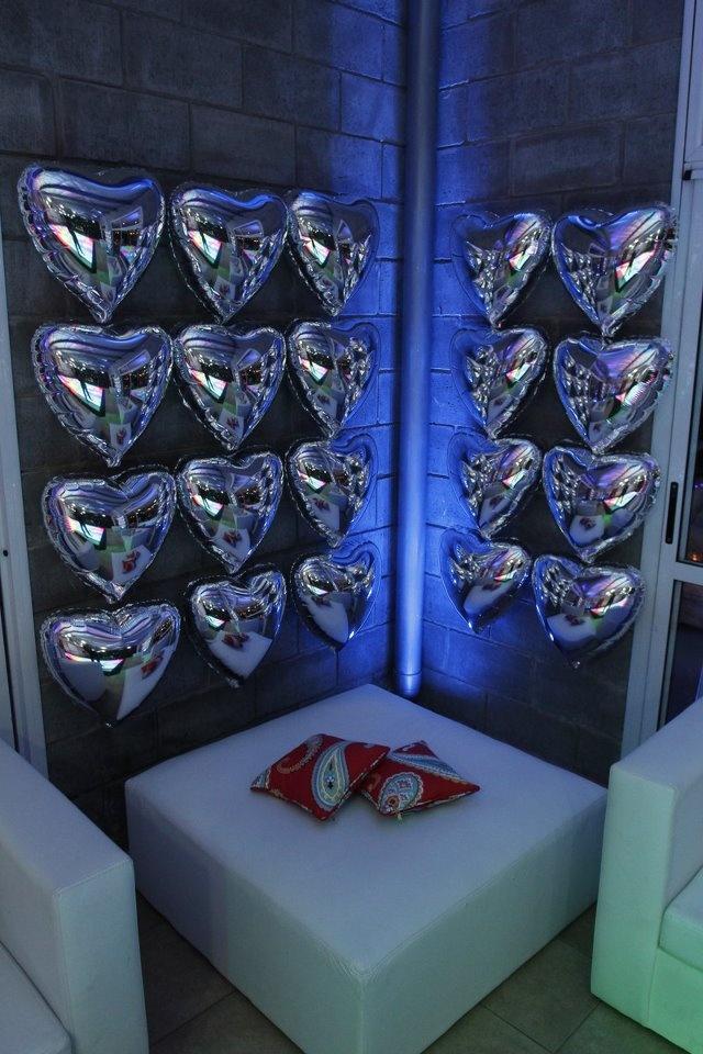Lo mas!!!!!  las feas  paredes, se cubrieron con corazones plateados!!!! SENSACIÓN.