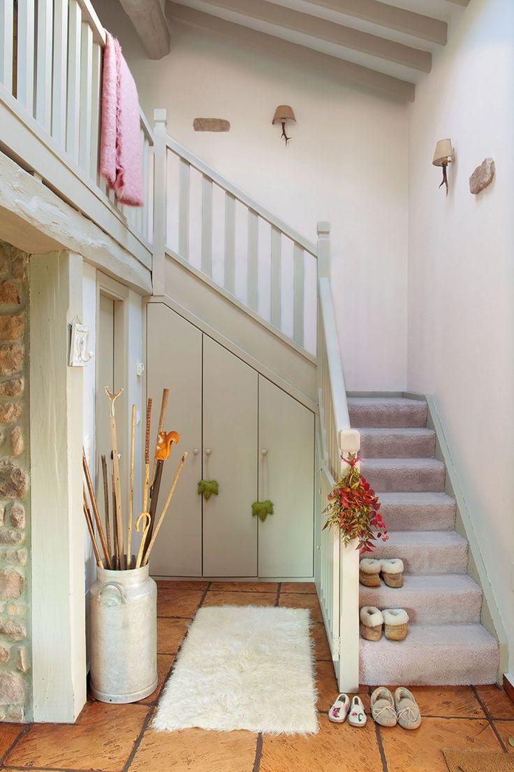 un armario en el hueco de la escalera abrigos botas juguetes ideal househome