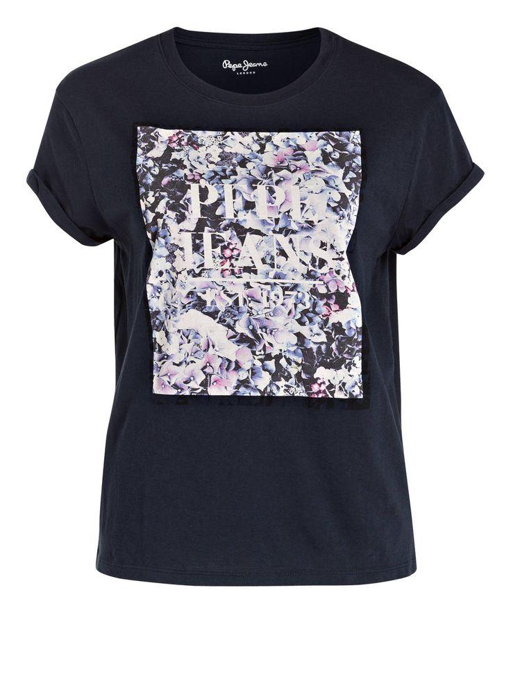 Veredeln Sie Casual-Outfits gekonnt mit dem T-Shirt von Pepe Jeans für Damen. Ein quadratischer Print mit floralen Elementen vorn dominiert das Design und versprüht einen Hauch von romantischer Coolness.Details:Gerader SchnittRundhalsausschnittFixierte ÄrmelumschlägeFloraler Print vornMaße bei Größe S:Rückenlänge ab Schulter: 60 cm