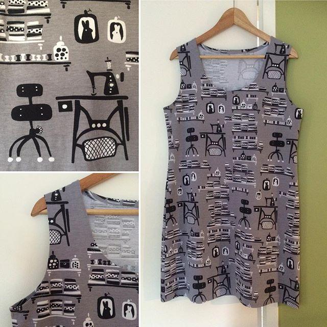 No nyt on akalla sopiva pitkä toppi. Hauska Paapiin Ompeluhuone ja kaava Ottobren. Now I have a new long tank top with print Ompeluhuone (sewing room) from Paapii. 😄 #ompeluelämää #toppi #tanktop #ompeluhuone #paapiidesign #paapii #sewingroom #sewing #sysysy #nähen #diy #isew #isewmyownclothes #työvaatettasyksyyn