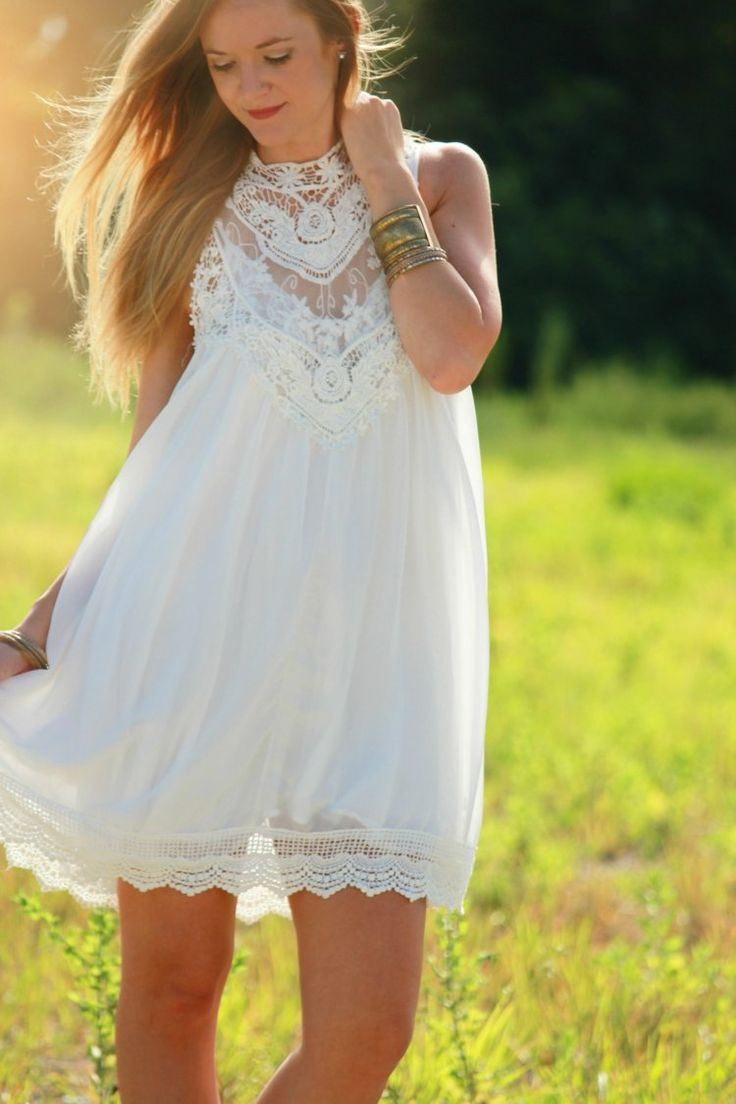 Outfit im Boho Stil aus einem weißem, kurzem Kleid mit Spitze