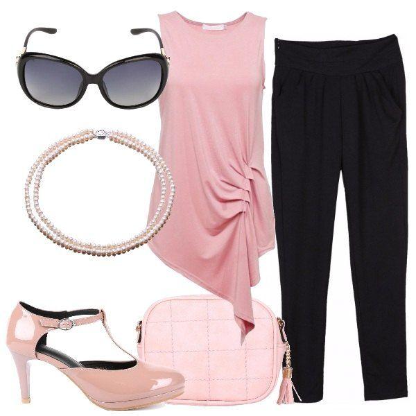 Outfit in rosa e nero, semplice ma chic: top smanicato con drappeggio laterale rosa, pantaloni con leggero cavallo basso, neri aderenti, décolleté Mary Jane, beige, collana a doppio filo di perle di acqua dolce rosa, occhiali da sole neri.