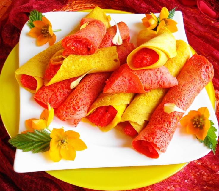 Flensjes (Surinaams-Javaanse pannenkoek met speciale kokosvulling).  Goelong Goelong ook wel bekend als de gekleurde flensjes (pannenkoeken) die gevuld zijn met lekkere geraspte kokos. De originele Javaanse benaming is Dadr Gulung of Dadar gulung.