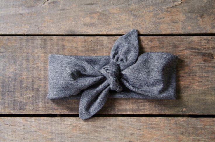 bandeau noeud supérieur, gris, rétro de charbon jersey tricot foulard, gris ficeler bandeau, réglable, printemps été automne, cadeaux moins de 15 ans par SassyStitchesbyLori sur Etsy https://www.etsy.com/fr/listing/205417067/bandeau-noeud-superieur-gris-retro-de