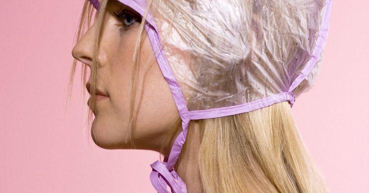 Cómo hacer reflejos en el cabello en casa. Hacerse reflejos en la peluquería periódicamente puede ser costoso. Si quieres ahorrar algo de dinero, puedes probar a hacerlos en tu casa. Puedes agregar cualquier color de reflejos a tu cabello. Generalmente se usan colores claros, pero también puedes usar tonos más oscuros o poco habituales, como azul o rojo. Elige un color que destaque tu ...