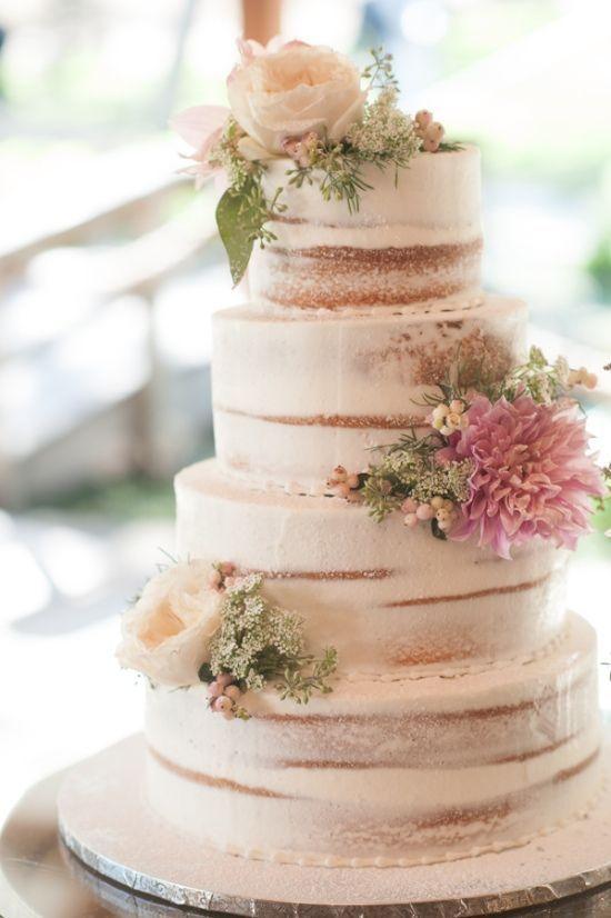 Leicht abgewischte weiße Hochzeitstorte mit frisc…