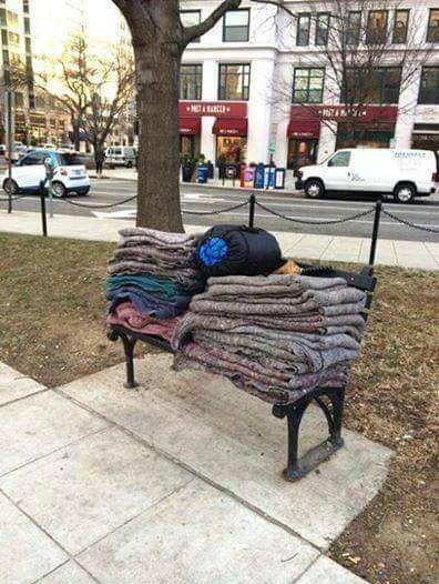 """Hier, cette pile de couvertures était étalée sur le sol. Elles étaient mouillées et sales. J'ai vu un travailleur de la ville les prendre et les mettre dans ce qui ressemblait à une poubelle... Le lendemain, je suis repassé au même endroit, les couvertures avaient été lavées et pliées. Cela m'a redonné le sourire !"""""""