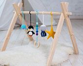 Sport nautique de bébé. Cadre de salle de gym de bébé en bois, quatre crochet animaux océan jouets de gym bébé, bois jouet de dentition.  Baleine, pieuvre, pingouin, étoile de mer
