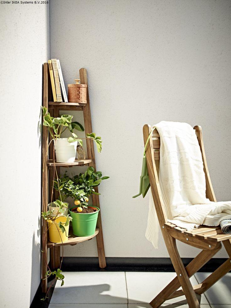 Păstrează un colț al balconului pentru flori și cărțile tale preferate.