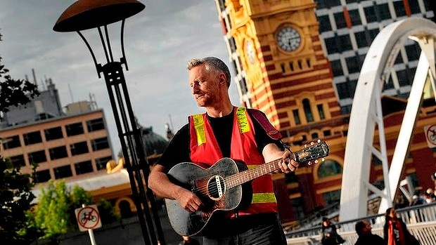 Billy Bragg plays a free gig for unionists in Melbourne this morning.