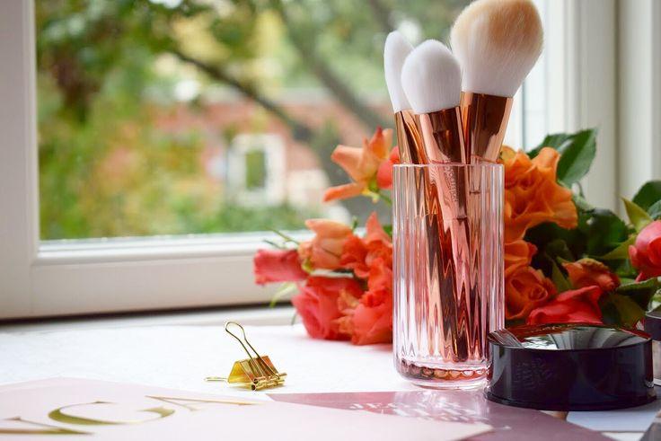 Makeup brush revolution! Read all about these beautiful brushes on my blog ❤️ #makeup #makeuprevolution #makeupbrush #blushbrush #foundationbrush #contourbrush #rosemetallic #metallic #danishdesign #makeupinspo #inspiration #blog #beautyblog #skønhed #skønhedsblog #beautytips #beauty #homedecor #pink #rosa
