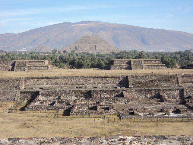 * View of The Ciudadela from the platform to the Temple of Quetzalcoatl  - Veduta della Cittadella dalla piattaforma del Tempio di Quetzalcoatl  - Vista de La Ciudadela desde la plataforma adosada al Templo de Quetzalcóatl