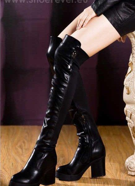 """Cizme peste genunchi cu toc gros """"Molecole"""", din piele eco neagra, cu material elastic la spate pentru ajustare pe orice tip de picior.  Prezinta un toc foarte comod, robust, inalt de 8 cm si o platforma de 2 cm."""