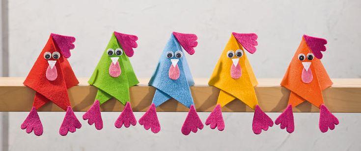 paaskippen in allerlei kleuren. vorm driehoek en dan vouwen. leuk op een stok of rand van een kast of op de vensterbank.