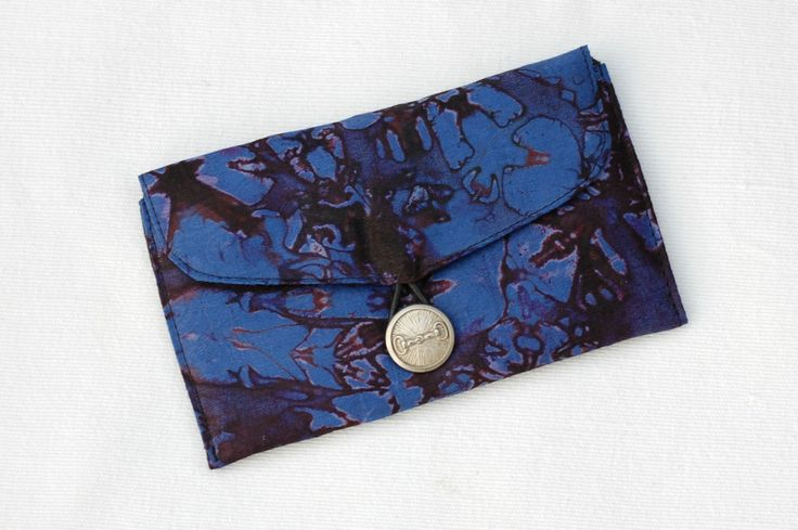 Bazin bleu/violet - Pochette, étui à lunettes ou blague à tabac en bazin avec bouton métal argenté, pochette ethnique, pochette africaine de la boutique DLFine sur Etsy