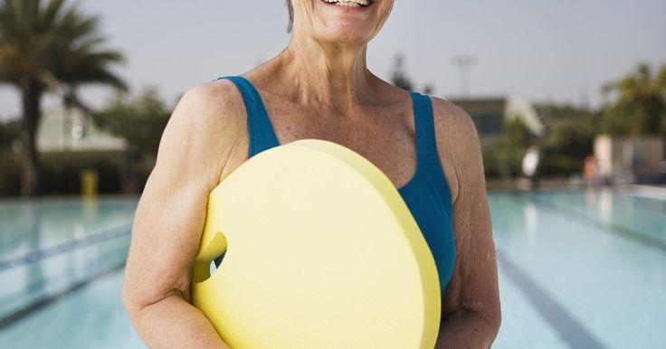 Treinos de natação para iniciantes. Um nadador iniciante não pode e nem deve cair na piscina e começar a contar braçadas. Isso seria uma frustração em vez de um esforço físico. A habilidade de mover o corpo suavemente e de modo eficiente na água geralmente demanda treino e prática. Treinos específicos para nadadores iniciantes ajudarão a criar a resistência e a técnica necessárias ...