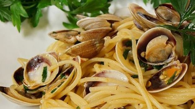 Spaghetti con le vongole: 600g di vongole di Scardovari 160g di spaghetti 2-3 spicchi d'aglio olio extravergine prezzemolo peperoncino sale pepe 1 tazzina di vino bianco fermo.  Far rosolare l'aglio e il peperoncino nell'olio extravergine. Aggiungere le Vongole, il sale e il pepe; coprire con un coperchio fino a quando le Vongole non si aprono. Sfumare con il vino bianco e aggiungere il prezzemolo. Una volta cotti gli spaghetti unirli al sugo senza togliere i gusci. Buon appetito!
