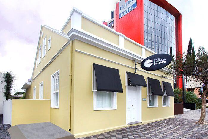 Em mais de um século de vida, a construção localizada no número 1190 da Avenida Batel volta a ser loja, mas uma loja da Meu Móvel de Madeira.
