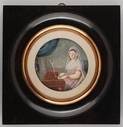"""Waterverf op ivoor.  Roze Empire japon, fichu, doorschijnend witte hoofdsluier. Oranje/roodkleurige sieraden: armband rondom pols en bovenarm, oorbel, ketting, grote ring door linker neusgat, hoofdsieraad. Links een blauw gordijn waarachter roze pilaar.    opschrift/merkKeerzijde met inkt op papier geschreven: """"Madame de Hogendorp née Bartlo"""".  Idem, maar dan met blauwe pen: """"'doodskruisje' 1801"""", """"1e vrouw Dirk v Hogendorp""""."""