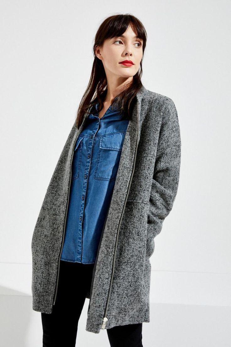 Moodo Kabát dámský na zip Dámský kabát je vyroben z příjemného a hřejivého materiálu. Kabát má jednoduchý střih se zapínáním na zip. Vnitřní strana má podšívku. Velice slušivý a vhodný k mnoha podzimním stylizacím 55% …