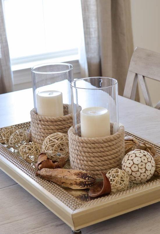 Einfach ein Seil um ein Windlicht wickeln und festkleben. Sorgt für stimmungsvolles Licht in deinem Wohnzimmer
