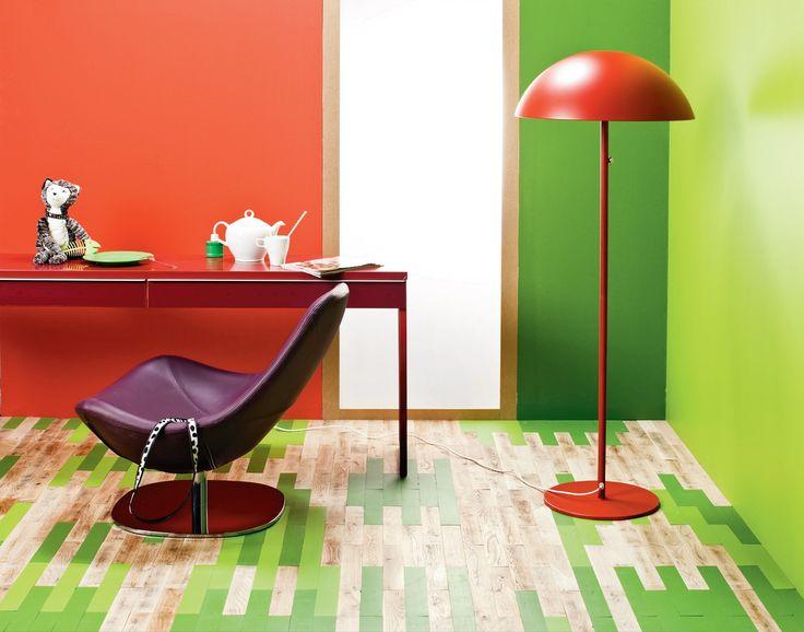 Nie musisz zrywać starych paneli podłogowych.  Wystarczy ich renowacja , która może stać się okazją do radykalnej zmiany wnętrza. Oto pomysł na modną podłogę krok po kroku.
