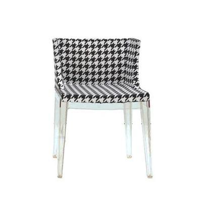 Unindo o clássico preto e branco e uma das padronagens mais clássicas da Moda, o Pied de Poule, a Cadeira Mademoiselle garante toque sofisticado à decoração. Confira na imagem. |Novo Ambiente