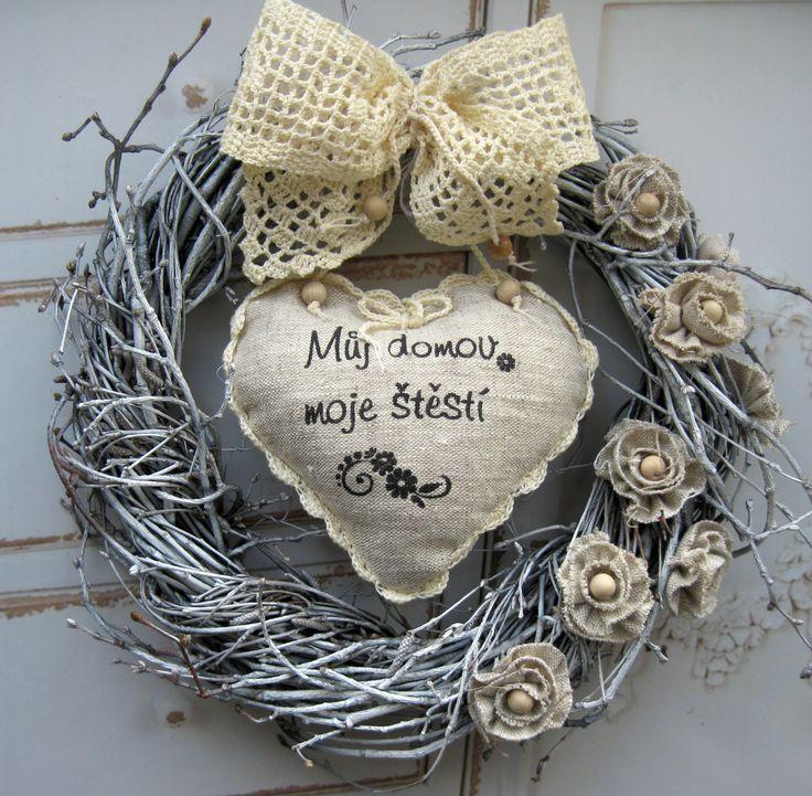 Domácí štěstí Celoroční proutěný věneček, háčkovaná mašle, šité srdíčko ze lnu s ručně tištěným motivem, , výplň duté vlákno, kytičky s dřevěnými korálky, průměr 29 cm, laděno do bílé a béžové barvy