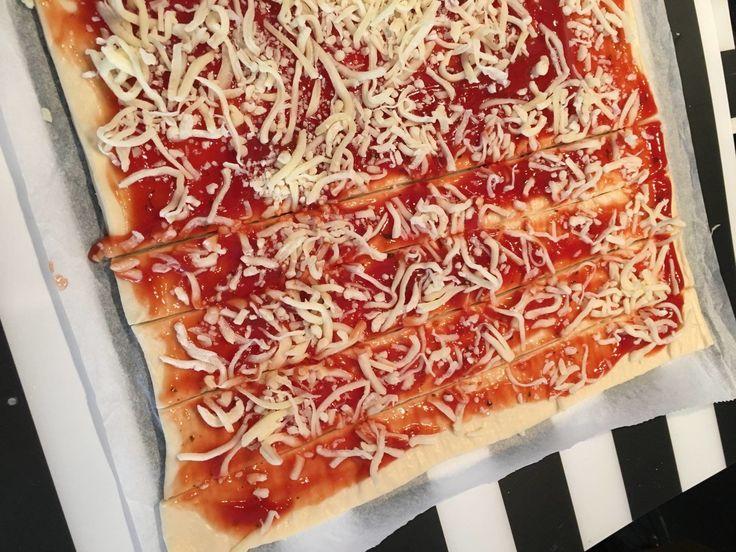 Seid Ihr noch auf der Suche nach dem perfekten Party-Snack? Dann probiert doch mal diese Pizzastangen in der Sorte Eurer Wahl. Super easy.