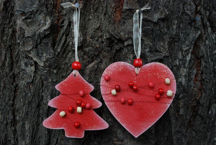 Vánoční+ozdoby+-+dřevěné+korálky+002+Vánoční+ozdoby+z+překližky.+Ručně+malované+z+obou+stran.+Opatřené+jemnou+bílou+patinou+a+perletí.+Dozdobené+barevnými+perličkami.+Stužka+na+zavěšení.+Vhodné+na+ozdobu+vánočního+stromečku,+ale+i+pro+jakoukoliv+vánoční+dekoraci.+Set+obsahuje+3+ks+(1x+stromeček,+1x+sob,+1x+srdce).+Rozměry+cca:+7+cm+barva:+červená+Každý+kus...