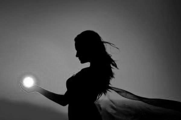 Georg Trakl  Somnul  Petre Stoica (din 59 de poeme), traducere, prefaţă şi note!  Blestemate fiţi voi, întunecate otrăvuri, Somn alb! Această preaciudata grădină De copaci în amurg, Plină cu şerpi, fluturi de noapte, Păianjeni, lilieci! Străine! Umbra ta pierdută În roşul serii, Un corsar întunecat În marea sărată a mâhnirii. La marginea nopţii se ridică păsări albe Peste oraşe de oţel În prăbuşire.