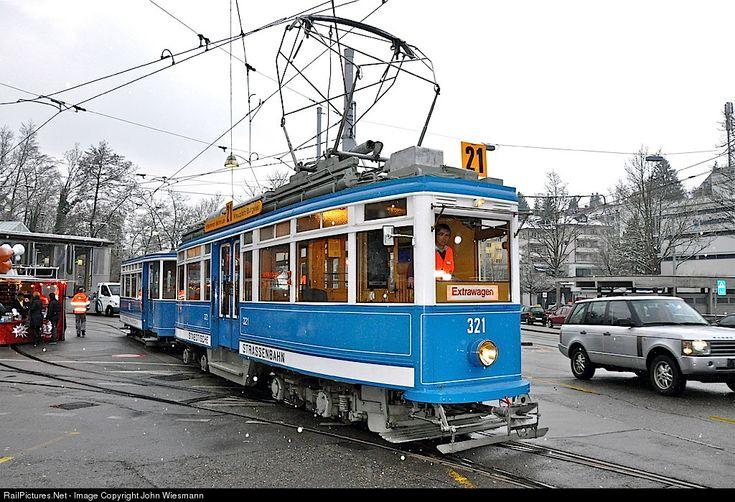 Ce 4/4 histórico, llamado elefante, deja el área del tranvía muesum Zurich para un viaje a través de la ciudad. Es un día de invierno muy frío con el comienzo de la caída de nieve. Entre 1929 un 1931, el StStZ (ahora VBZ) compró 50 de la Ce 4/4. Consiguieron el apodo de elefante debido a su gran peso y potencia para ese momento.
