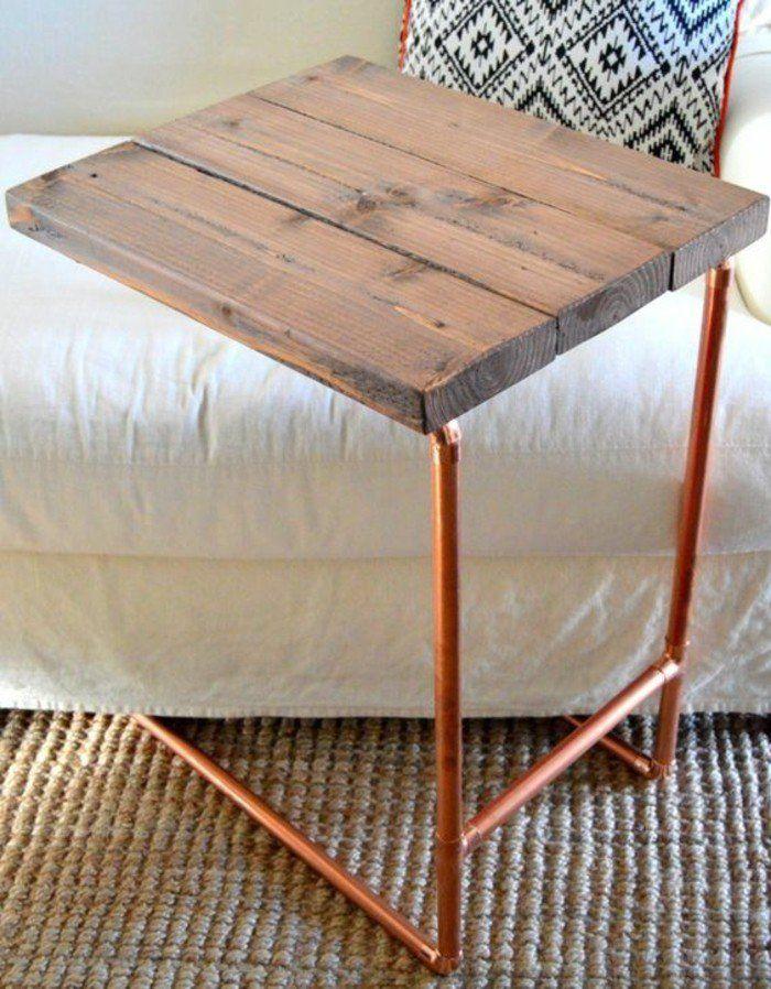 petite table d'appoint en bois et tuyau cuivre qui sert du support pour votre ordinateur