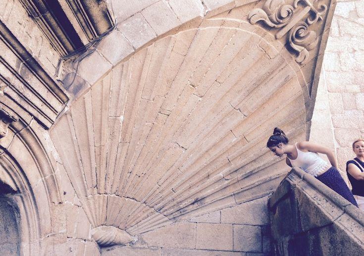 Сантьяго-де-Компостела. На выходе из собора у основания храма сложно не заметить барельеф в форме раковины, ибо он выше человеческого роста. Считается, что на этой раковине держится собор, и до тех пор, пока она на месте, традиции почитания апостола Иакова в Галисии ничто не угрожает.