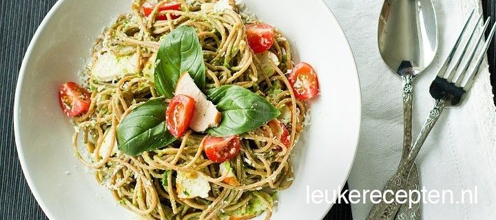 Gezonde volkorenpasta met een romige avocadosaus en spinazie met tomaatjes en basiliucm